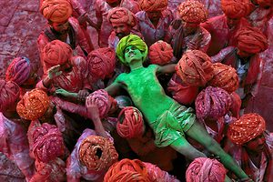 Bild:  22_Villagers participating in the Holi Festival.