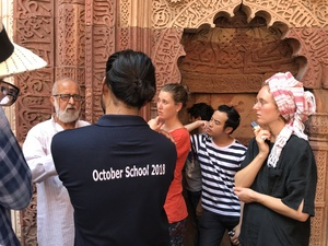 Bild:  InOctober – International Network for Contemporary Public Art | Captions: Field trip with Sohail Hashmi, October School Dehli 2018 | Credits: Nadja Graf