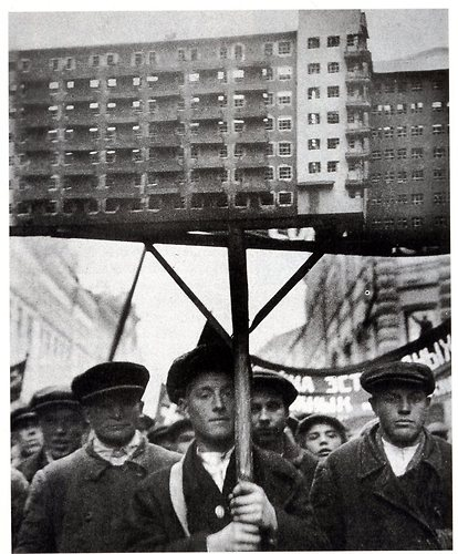Bild:  Soviet Workers with a model of planned housing